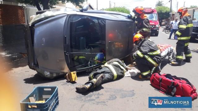 Devido o veículo ter tombado com a porta do motorista para o asfalto, vítima teve que ser resgatada pelas tampa traseira do Honda Fit. Foto: MANOEL MESSIAS/Mil Noticias