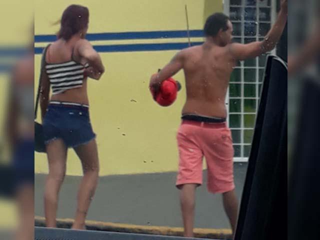 """Fabiano Antônio, a """"Bibi"""" (esq.) e seu namorado Marcelo Freitas, são acusados de cometerem diversos furtos e um roubo na cidade. Foto: DIVULGAÇÃO"""