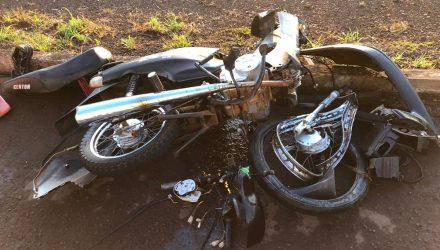 Moto ficou completamente destruída com a batida — Foto: PRF/Divulgação.
