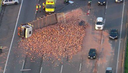 Caminhão tombado na rodovia Ayrton Senna na manhã desta segunda-feira (7) — Foto: Reprodução/TV Globo.
