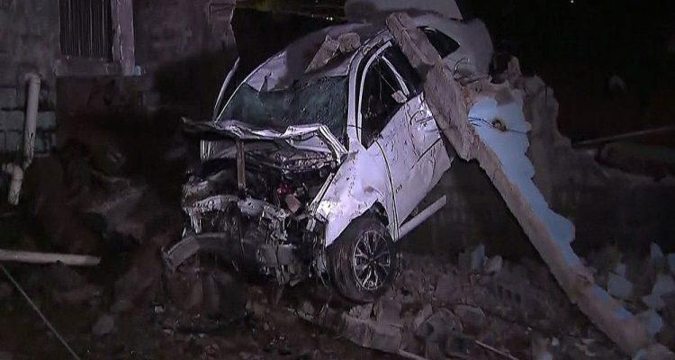 Taxista de 80 anos morre após atropelar pedestre e bater em muro na Zona Leste — Foto: Reprodução TV Globo.
