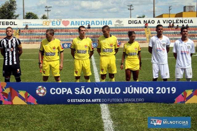 Equipe de arbitragem com os capitães de Ceará (listrado) e Ceilândia/DF. Foto: MANOEL MESSIAS/Mil Noticias