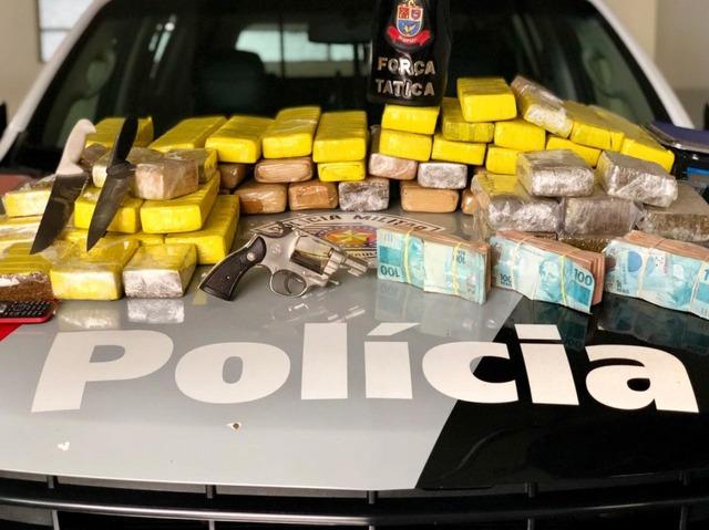 Após a pesagem das drogas foi constatado cerca de 40 quilos de maconha e mais de R$ 23 mil em dinheiro. Foto: DIVULGAÇÃO/PM