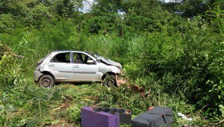 Vítimas estavam em veículo que capotou na MT-060 — Foto: Corpo de Bombeiros/Divulgação.