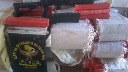 Metralhadora e maconha estavam caminhão de placas de SC — Foto: DOF/Divulgação.