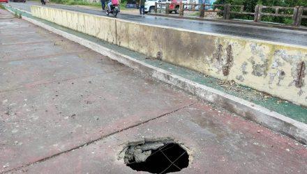 Criminosos tentaram explodir uma ponte na cidade de Caucaia durante a madrugada desta terça-feira — Foto: Kilvia Muniz/Sistema Verdes Mares.