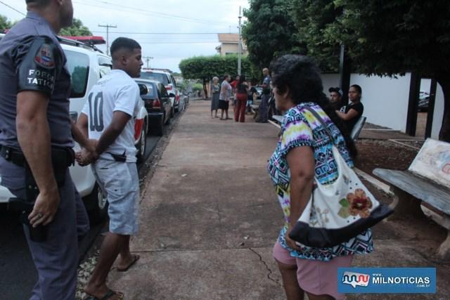 Avó do rapaz (dir.), briga com ele na chegada do plantão policial. Foto: MANOEL MESSIAS/aGÊNCIA