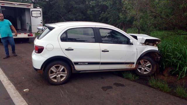 Após colisão, um carro caiu da ribanceira e outro foi jogado no acostamento — Foto: J. Serafim/Divulgação