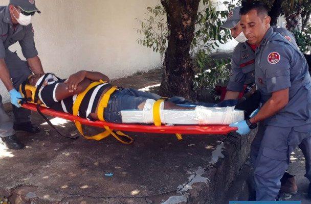Pedreiro foi socorrido pelos bombeiros até a UPA, onde permaneceu em observação. Foto: MANOEL MESSIAS/Agência
