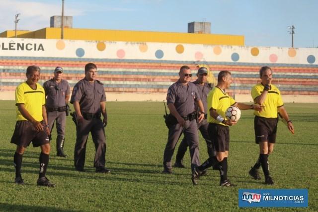 Árbitro Pìpino (com a bola) e auxiliares Helinho (esq.) e José Luiz, fizeram um bom trabalho. Foto: MANOEL MESSIAS/Agência