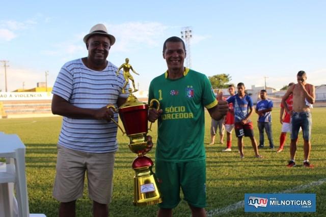 Manoel Messias (esq.), secretário de Esportes,  entrega troféu de campeão para Dida, capitão do Santo Antônio.  Foto: MANOEL MESSIAS/Mil Noticias