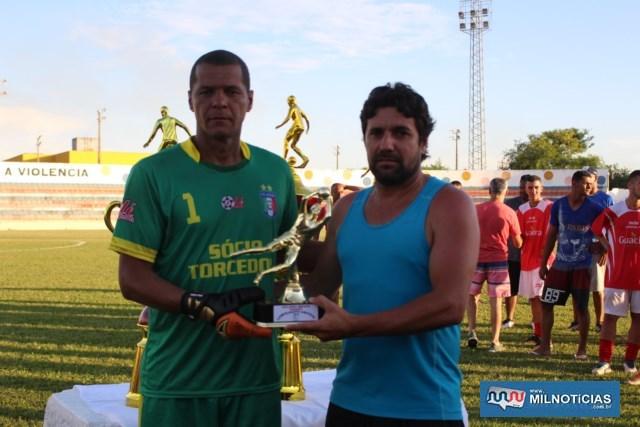 Goleiro Dida (esq.), do Santo Antônio, recebe troféu das mãos de Marcinho Tuffy, como defesa menos vazada da competição. Foto: MANOEL MESSIAS