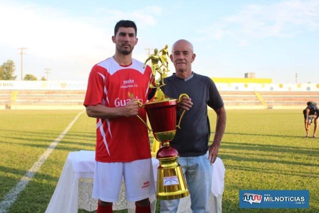 Willian (esq.), capitão do União Liverpool, recebe troféu de vice campeão das mãos do esportista Tião Balieiro. Foto: MANOEL MESSIAS/Agência