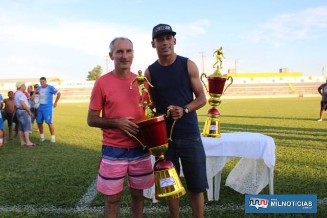 """Almir Altran, o """"Birão"""" (esq.), entrega troféu de 3º colocado ao representante do Porto/João Som. Foto: MANOEL MESSIAS/Mil Noticias"""