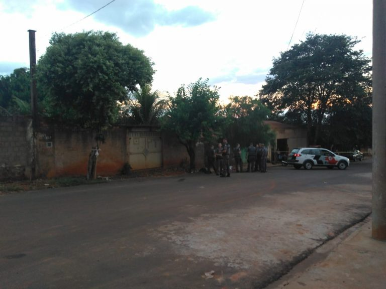 A polícia está no local do crime, que aconteceu por volta das 20h deste sábado (16); bairro é conhecido como ponto de tráfico de drogas/ Foto: Regional Press
