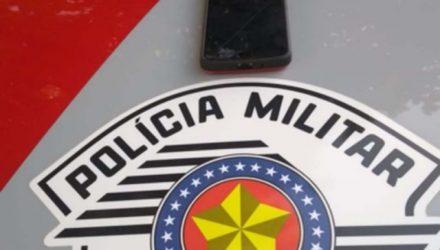 Foi apreendido um aparelho celular da marca Motorola, modelo 5S, com registro de roubo. Foto: DIVULGAÇÃO