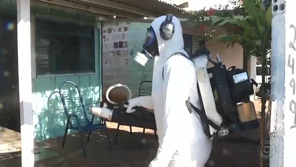 Agente passa veneno em casa em Andradina — Foto: Reprodução/TV TEM