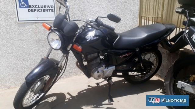 A moto ao ser jogada no chão para que o adolescente fugisse teve quebrado o retrovisor direito e o aro do farol danificado.