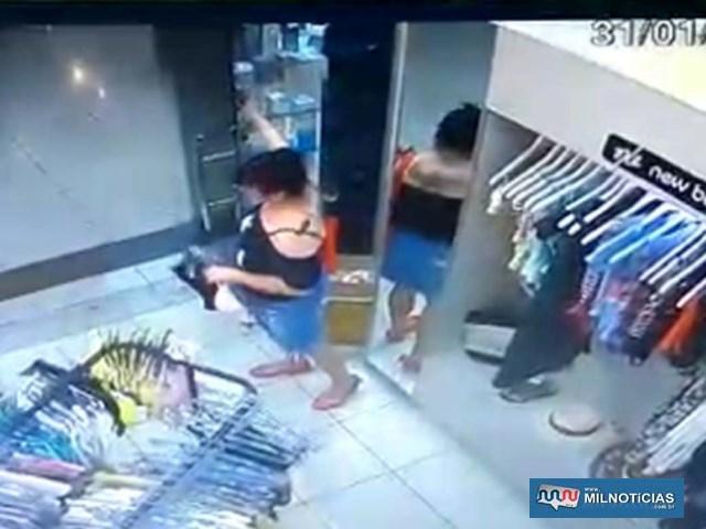 Imagens de câmeras de segurança flagraram momento em que mulher praticou o furto do frasco de perfume avaliado em R$ 950,00. Foto: DIVULGAÇÃO