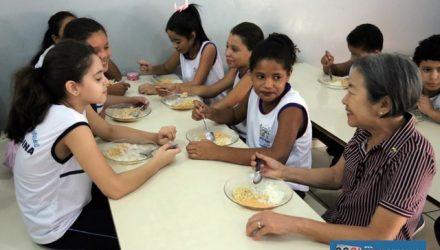 Prefeita Tamiko Inoue acompanha alimentação oferecida às crianças do município. Foto: Secom/Prefeitura