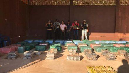 Tabletes de cocaína apreendidos no Paraguai, polícia e dois presos — Foto: Polícia do Paraguai/Divulgação