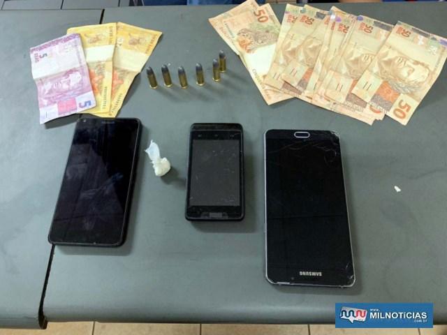 Foram apreendidos 1 grama de crack, 6 munições de calibre.32mm, além dos celulares e grana que estavam com os suspeitos. Foto: DIVULGAÇÃO/PM