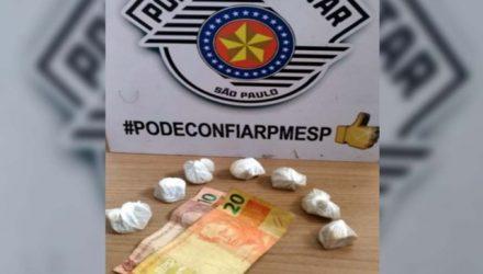 Foram apreendidas 7 pedras brutas de crack, que totalizaram 70 gramas, além de R$ 30,00 em dinheiro. Foto: DIVULGAÇÃO/PM