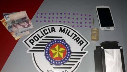 Foram apreendidos 47 comprimidos de Ecstasy, além de 10 gramas de crack. Foto: DIVULGAÇÃO/PM