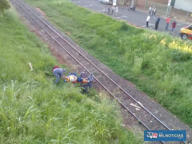 Rapaz pulou na parte de grama do barranco, o que evitou ferimentos mais graves pelo corpo. Foto: DIVULGAÇÃO