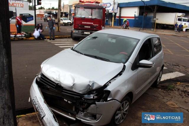 VW Fox teve a frente destruída depois do choque do outro veículo e ainda bater em um poste de iluminação. Foto: MANOEL MESSIAS/Agência