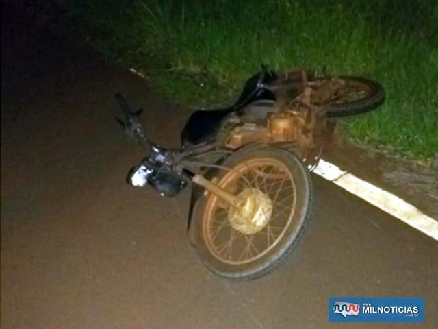 Motocicleta da vítima ficou bastante danificada e foi apreendida porque licenciamento estava vencido. Foto: DIVULGAÇÃO