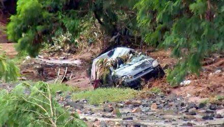 Carro onde estavam mãe e filha foi arrastado pela enxurrada em Bauru. (Foto: Reprodução/TV TEM)