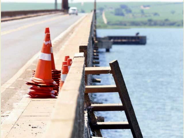 A proteção da ponte ficou aberta e foram colocados cones para sinalizar o local. Foto: J. Serafim Show