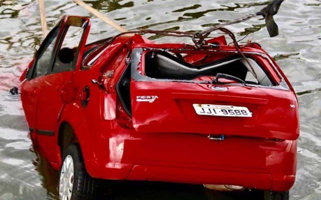 O corpo de uma mulher foi achado preso a galhos dentro do rio.  Outras duas pessoas estavam presas às ferragens do carro. Foto: J. Serafim Show