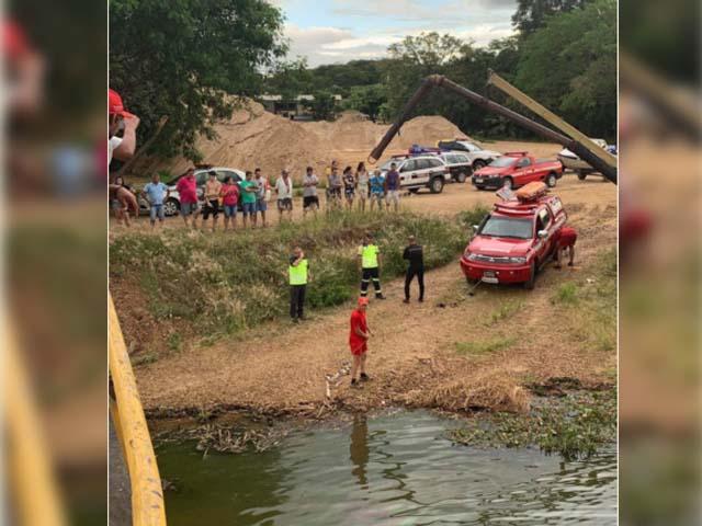 Ford Fiesta foi retirado de dentro do rio com ajuda de um barco. Foto: J. Seram Show