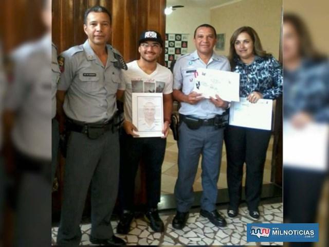 A partir da esq., capitão PM Nascimento, o filho de Faustino, Arhur, o próprio PM e a esposa Josirene. Foto: Arquivo pessoal