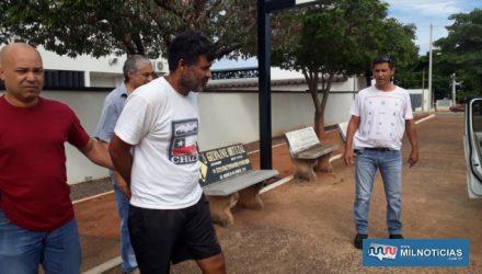 Servente (camiseta branca e short preto), é encaminhado por policiais civis do plantão de Andradina para o fórum, para ser ouvido em audiência de custódia. Fotos: MANOEL MESSIAS/Agência
