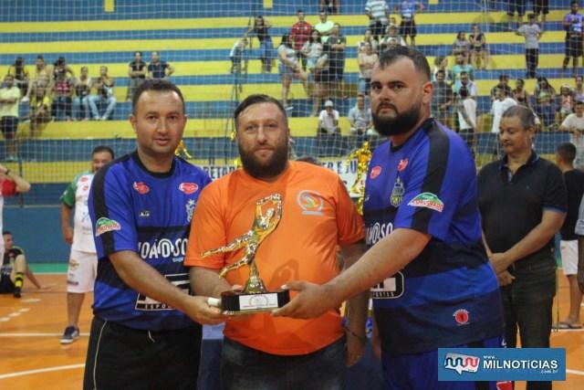 Fabricio Sambugari (esq.) e Thiago Cruz (dir.), recebe troféu de melhor defesa das mãos de Ed Carlo. Foto: MANOEL MESSIAS