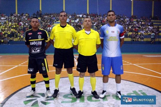A partir da esq., Claudinho, capitão do Porto, árbitros Júnior Lossávaro e Pipino, além de Gamarra, capitão do Santo Antônio. Foto: MANOEL MESSIAS