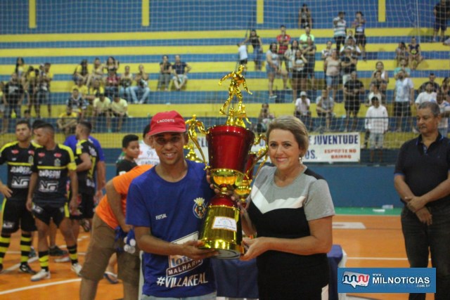 Nubia Almeida entrega troféu de terceiro colocado ao representante do Villa Real. Foto: MANOEL MESSIAS