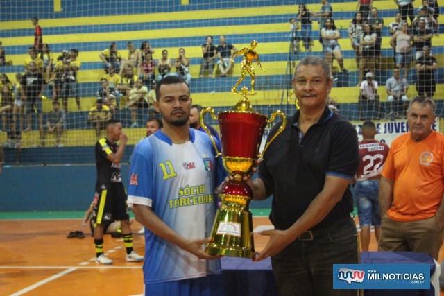"""Flávio Henrique, o """"Puff"""", do Santo Antônio, recebe troféu de vice campeão das mãos de Ari Guimarães. Foto: MANOEL MESSIAS"""