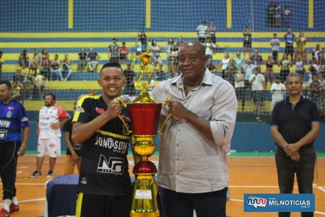 Claudinho, capitão do Porto, recebe troféu de campeão das mãos do secretário de Esportes, Manoel Messias de Almeida. Foto: MANOEL MESSIAS/Mil Noticias