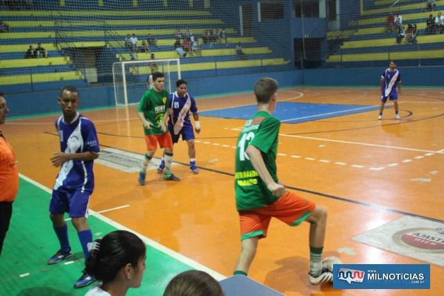 Juventude (verde e vermelho), surpreendeu e venceu por 4 a 3 o União Liverpool (azul). Fotos: MANOEL MESSIAS