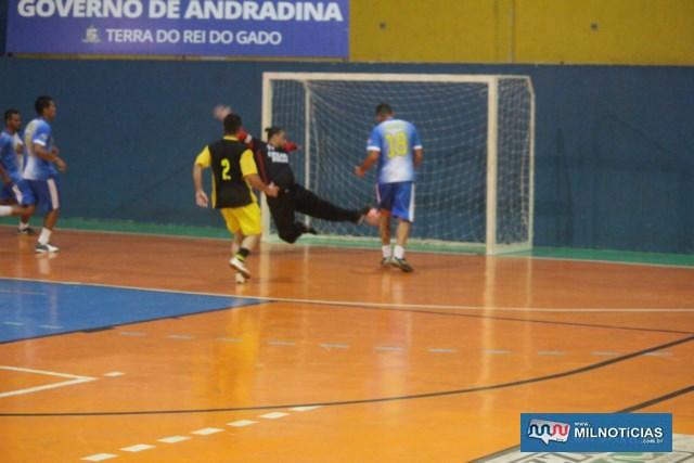 Santo Antônio (azul e branco), venceu com facilidade o Rubmar (preto e amarelo), por 7 a 0. Fotos: MANOEL MESSIAS