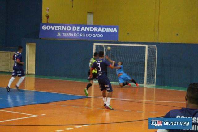 Zooi Tabacaria (azu), suou a camisa para vencer o Carvalho Gás (verde e amarelo), na fase oitavas-de-final. Fotos: MANOEL MESSIAS