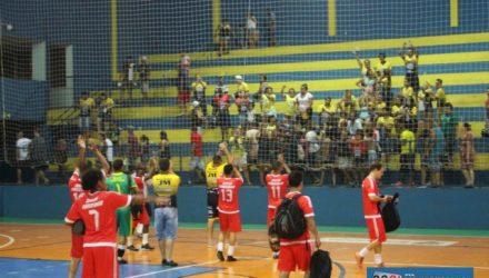 Santo Antônio (vermelho), saúda sua fanática torcida após a vitória. Fotos: MANOEL MESSIAS/Agência