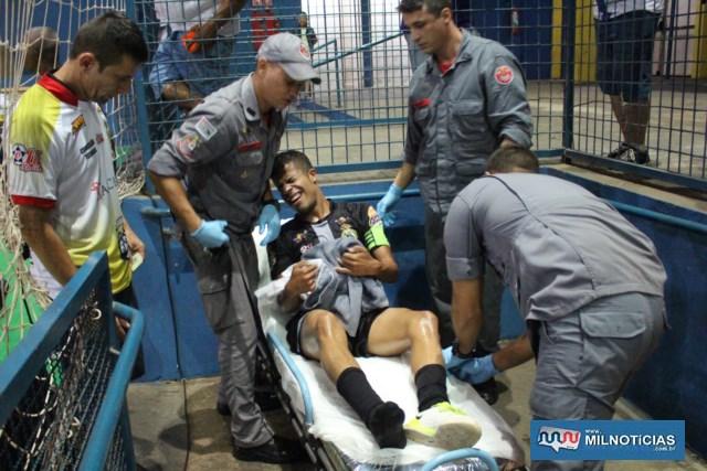 """""""Digão"""" sofreu contusão séria no joelho e precisou do auxilio dos bombeiros. Foto: MANOEL MESSIAS/Agência"""