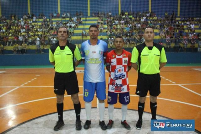 Os árbitros com os capitães das duas equipes. Foto: MANOEL MESSIAS/Mil Noticias