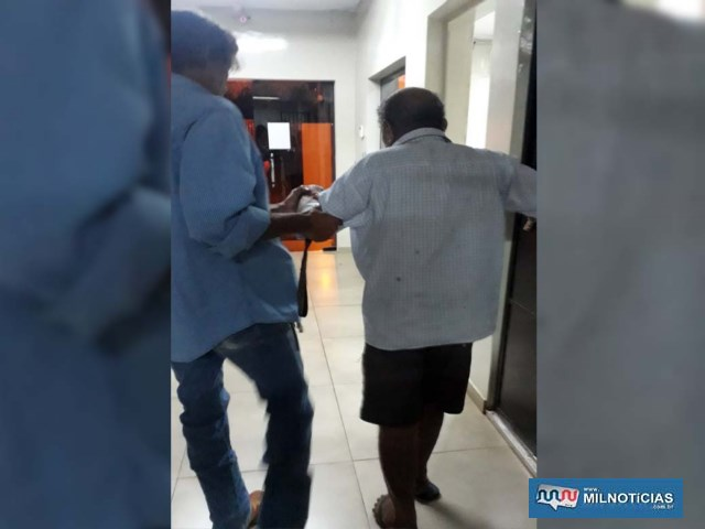 Idoso (dir.),, auxiliado por um policial civil, foi condenado a mais de 10 anos de prisão por estupro de vulnerável e depois encaminhado á cadeia de Ilha Solteira. Foto: MANOEL MESSIAS/Agência