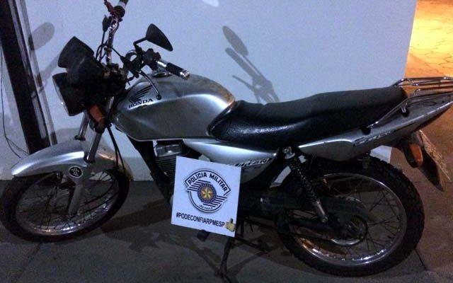 Polícia Militar recuperou moto furtada no sábado de carnaval. Foto: DIVULGAÇÃO/PM